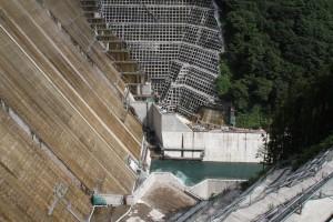 ダム建築中