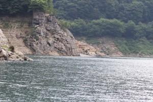 ダム湖上からみたダム湖入り口